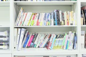 休憩室の本棚